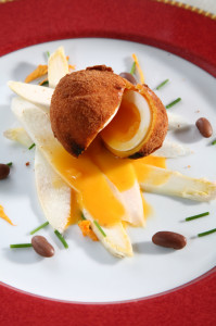Luovo fritto alla Milanese su letto d asparagi di Cantello